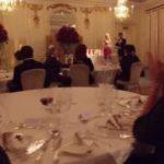 フルコースのディナーパーティー形式で、おごそかに、そして晴れやかに授賞式の開会宣言   The award ceremony conducted in dinner theatre style commenced solemnly and gracefully.