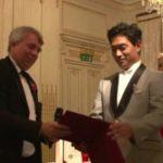 ニック・ホーキンスHvOアカデミー委員長により   Mr. Nick Hawkins as Chairman of HvO Academy presented the awards on stage.