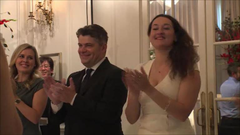 授賞式は最大の盛り上がりを見せた。   The ceremony approached a crescendo.