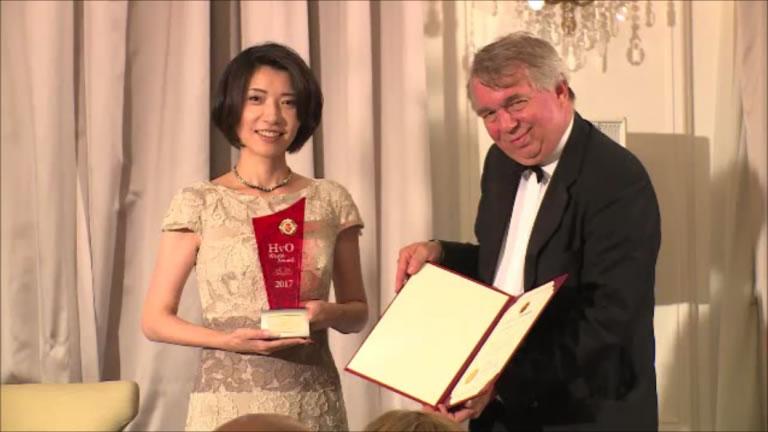 ホーキンス委員長から受賞トロフィーと記念証書を受け取った。