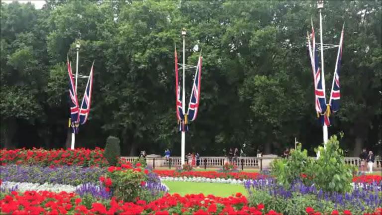 現地ロンドンの7月は街のあちこちが花と緑で賑わいます。   You can see places full of verdant and richly-blooming flowers here, there and everywhere in the city of London.