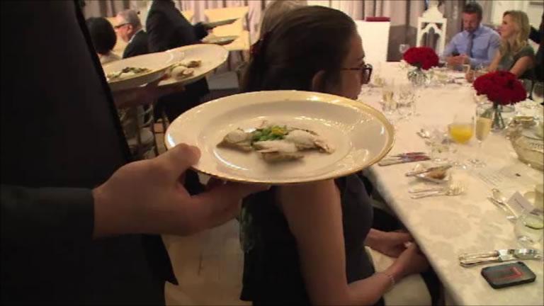 格式ある会場にふさわしい贅を尽くした伝統的な英国式フルコースが振舞われた。   A lavish full-course meal in the most traditional British style was served to every guest.