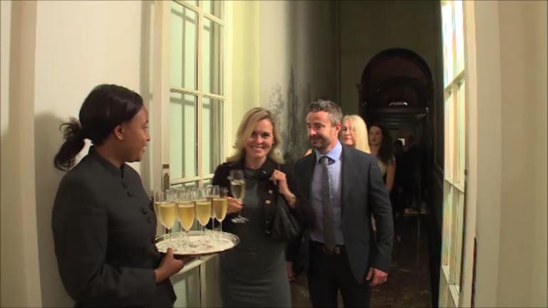 開場まもなく受賞者やサポーターなど、招待者が続々と訪れます。   The guests came in one after another as the door opened.