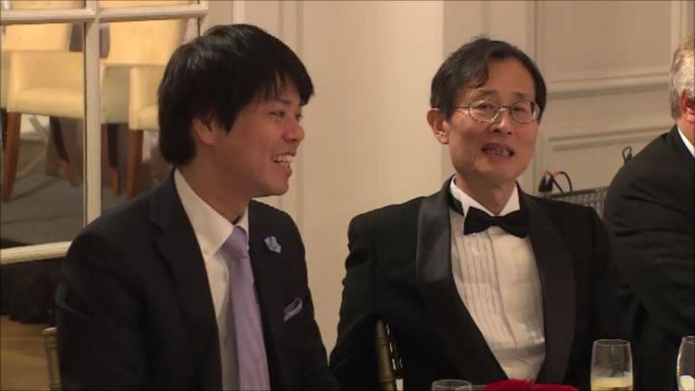 開会までしばし和やかに歓談のひととき。   They enjoyed the opening.