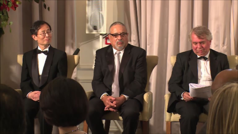審査に携わったHvOアカデミー委員がステージ上に着席。   The three commissioners of the HvO Academy and also judges for the award, were then seated on stage.