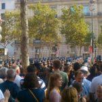 会場近くのシャンゼリゼ通りは、華やかなパレードを見に集まった群集で賑わっています。   Many spectators were gathering on the pavements of Champs-Elysees to see the brilliant parade from the early morning, late into the afternoon