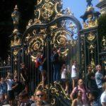 仏大統領の車列を先頭に壮大なパレードがはじまると、沿道には一目見ようと鈴なりの観衆。   As the legions of French armed forces marched in the street, led by the French President, many spectators climbed up a tall fence to catch a glimpse of them…