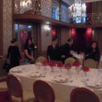 開会時間となり、着飾った受賞者やゲストがディナーテーブルに着席。   The awardees and guests took their seats at the gorgeous dinner tables on time_