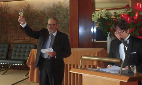 授賞式の締めくくりには毎度おなじみHvOアカデミー委員のコンウェイ・ダウニング氏による乾杯!   At the end of the ceremony, Mr. Conway Downing, a committee member of the HvO Academy gave an accustomed toast in honor of the sentiment. Cheers!! and Kampai!!
