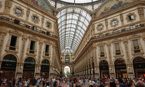 さらに近代アーケード建築の原型とも言うべきヴィット―リオ・エマヌエーレ2世のガレリアなど、ミラノの歴史的景観を代表するモニュメントが集まっています。   And 'Galleria Vittorio Emanuele II' known as an archetype of modern arcading, and many more historic monuments of Milan helped emphasize the distinctive Italian atmosphere.