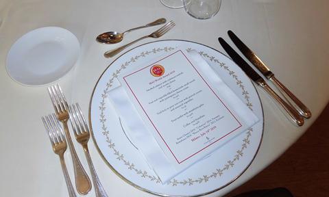 もちろん、授賞式の後には五つ星ホテルのシェフが腕に縒りをかけたフルコースのイタリアンディナーが待っています。   After the award ceremony, the guests enjoyed a full-course Italian dinner prepared by 'five-star' hotel's chefs, resulting in a most unique culinary experience.