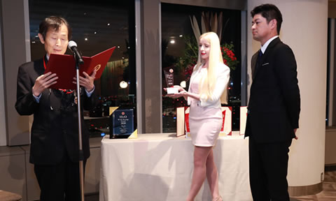 そして受賞企業の代表者が登壇し、白川委員から証書とトロフィーが授与されます。   And then, Dr. Shirakawa presented a certificate and a trophy to each winner as they were called by name and came to the stage.