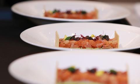 来場者には贅を尽くしたフランス料理のフルコースディナーがふるまわれました。   An elaborate and lavish French-style banquet full of seasonal delicacies was then served to all the guests.