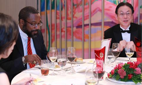 おいしい料理に舌鼓を打ちながら、テーブルは一層なごやかな雰囲気に包まれます。   As they fully enjoyed the feast together, each table was gradually enveloped in an even more unstrained atmosphere…